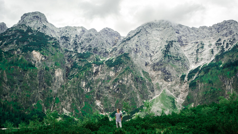 フリー写真 山脈の前に立つ男性