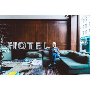フリー写真, 人物, 女性, 外国人女性, 金髪(ブロンド), 人と風景, ホテル, 座る(ソファー), 足を組む, 横顔