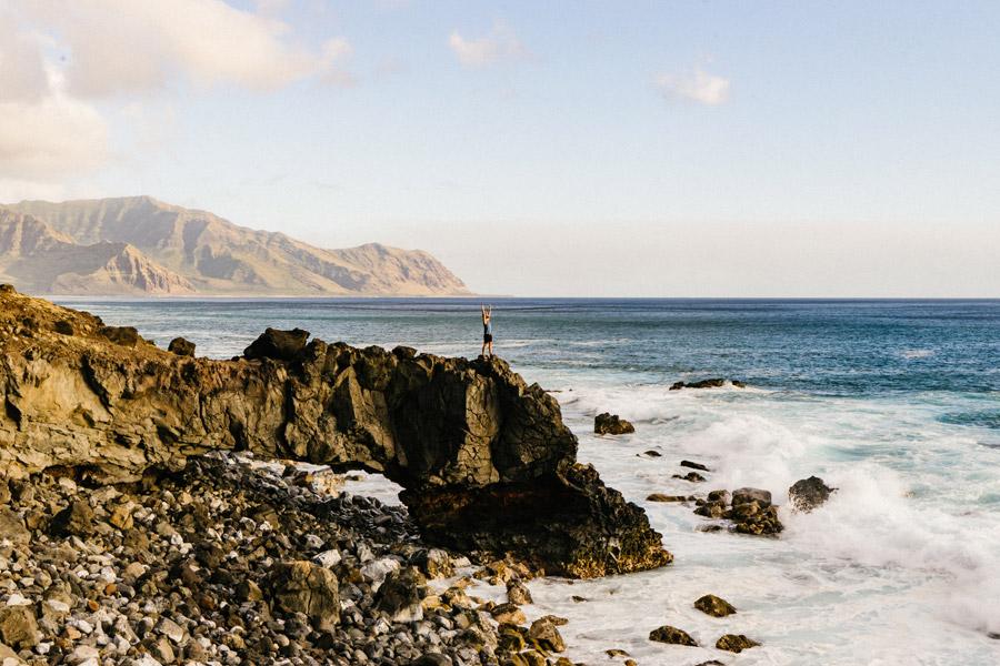 フリー写真 海岸の崖の上に立って歓喜している男性