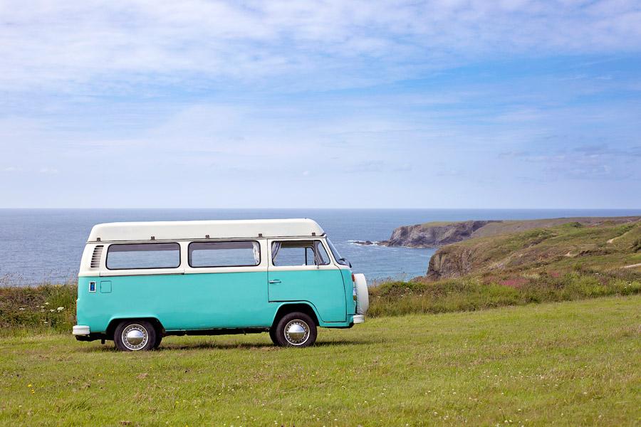 フリー写真 海岸に停められたワーゲンバス