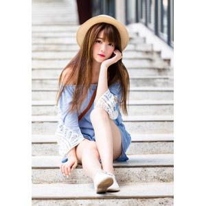 フリー写真, 人物, 女性, アジア人女性, 欣欣(00001), 中国人, 帽子, 麦わら帽子, 座る(階段), 頬杖をつく
