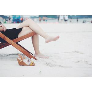 フリー写真, 人体, 脚, 足, 靴(シューズ), サンダル, 足を組む, 座る(椅子), ビーチ(砂浜), 海水浴
