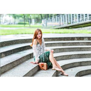 フリー写真, 人物, 女性, アジア人女性, 女性(00256), 中国人, 鞄(カバン), 座る(階段)