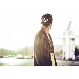 フリー写真, 人物, 男性, 帽子, キャップ帽, 振り返る