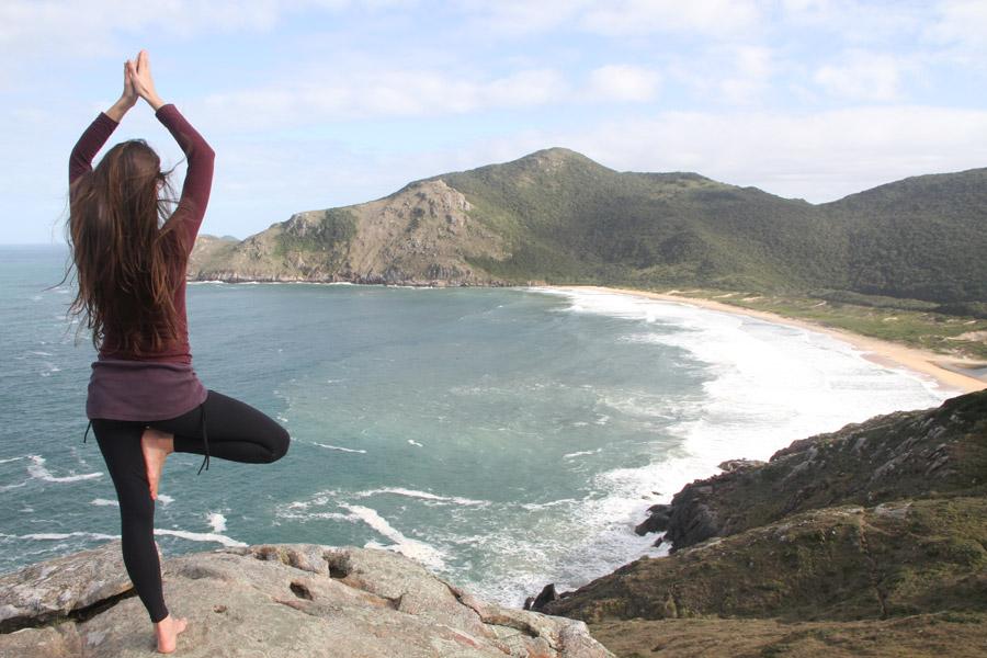 フリー写真 崖の上で立木のポーズの女性の後ろ姿