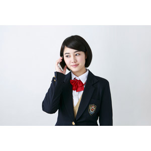 フリー写真, 人物, 少女, アジアの少女, 少女(00212), 学生(生徒), 学生服, 高校生, ブレザー制服, 携帯電話, スマートフォン(スマホ), 通話