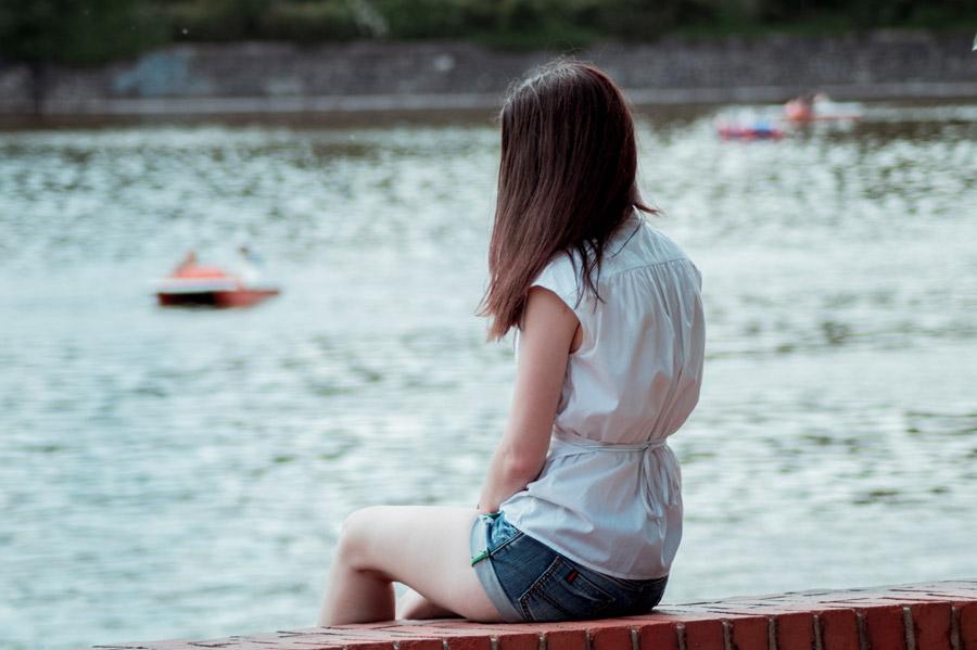 フリー写真 川岸に座る女性