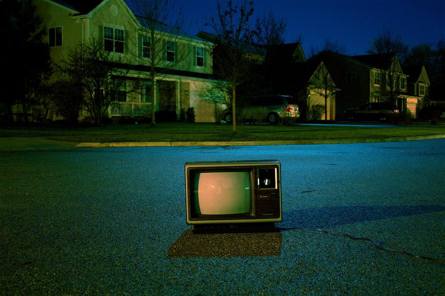 フリー写真 夜の住宅街に置かれたブラウン管テレビ