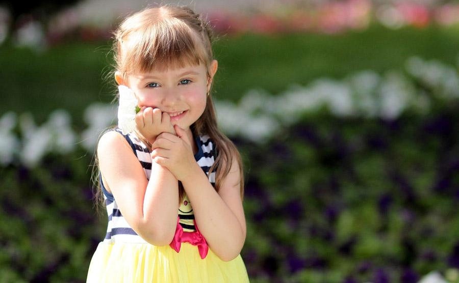 フリー写真 頬に手を当てて微笑む外国の女の子