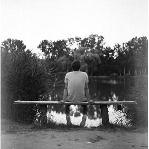 フリー写真, 人物, 男性, 外国人男性, 座る(ベンチ), 池, 後ろ姿, モノクロ