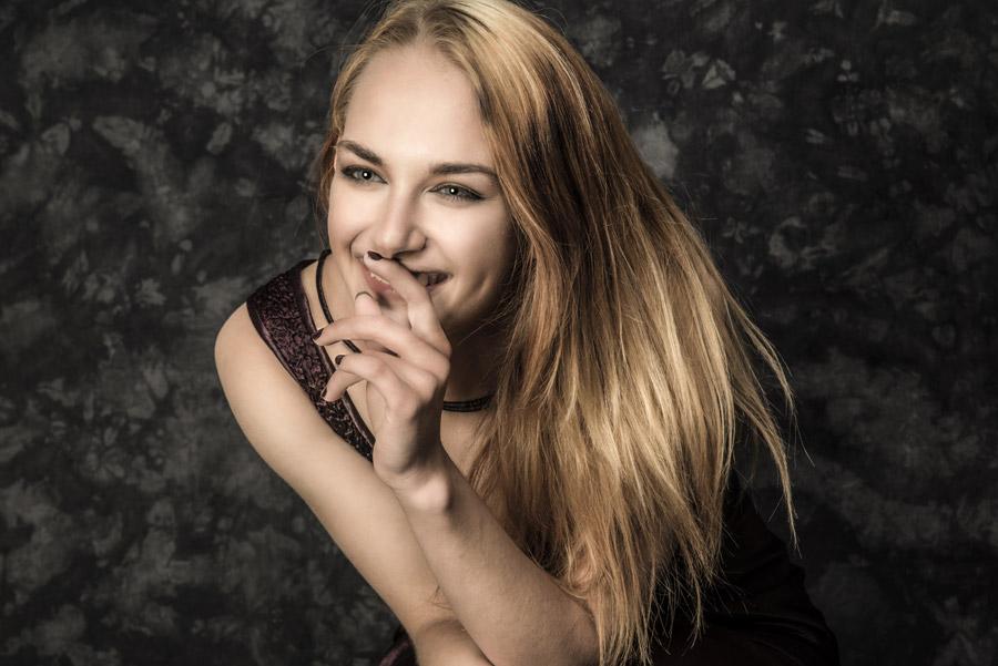 フリー写真 えくぼのある笑顔の外国人女性