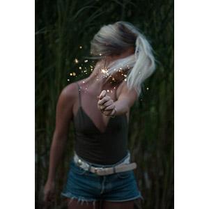 フリー写真, 人物, 女性, 外国人女性, 金髪(ブロンド), 線香花火, 花火, キャミソール, ショートパンツ, 顔をそむける