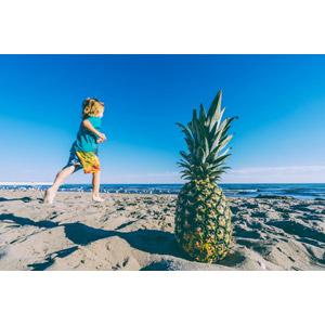 フリー写真, 人物, 子供, 男の子, 外国の男の子, ビーチ(砂浜), 海, 青空, 走る