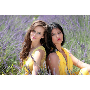 フリー写真, 人物, 女性, 外国人女性, 女性(00241), 女性(00195), ルーマニア人, 寄り添う, 人と風景, 人と花, 植物, 花, ラベンダー, 花畑, 紫色の花