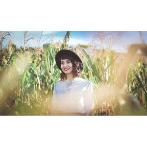 フリー写真, 人物, 女性, 外国人女性, ブラジル人, 帽子, 人と風景, 畑, 作物, 穀物, とうもろこし(トウモロコシ)