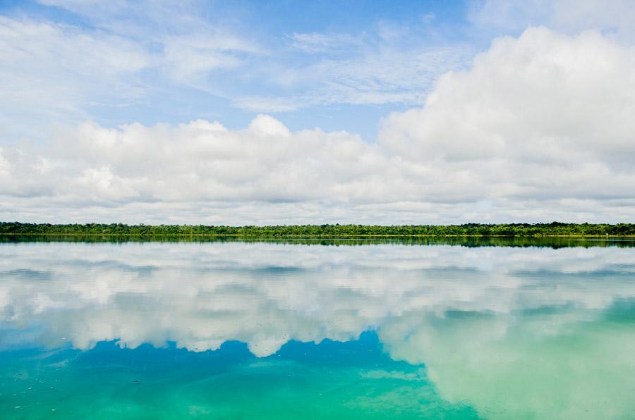 フリー写真 湖に映る青空と雲の風景