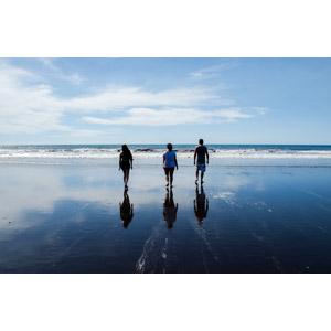 フリー写真, 人物, 集団(グループ), 三人, 後ろ姿, 人と風景, 水着, ビーチ(砂浜), 海, 海水浴, レジャー