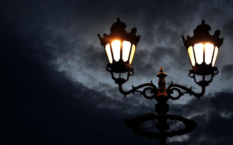 フリー写真 暗雲と街灯の風景