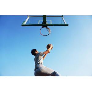 フリー写真, 人物, 男性, スポーツ, 球技, バスケットボール, バスケット選手, バスケットリング, 青空