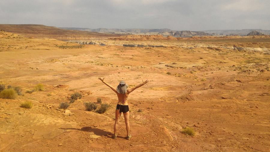 フリー写真 荒野と歓喜する女性の後ろ姿