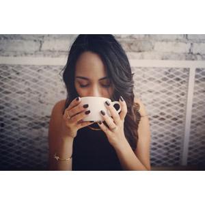 フリー写真, 人物, 女性, 外国人女性, アメリカ人, 飲み物(飲料), コーヒー(珈琲), コーヒーカップ, 飲む