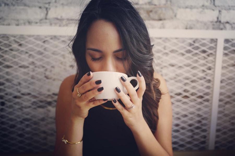 フリー写真 コーヒーを飲む外国人女性