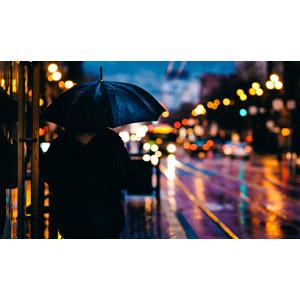 フリー写真, 風景, 人と風景, 傘, 後ろ姿, 日暮れ, 道路, 雨, 玉ボケ