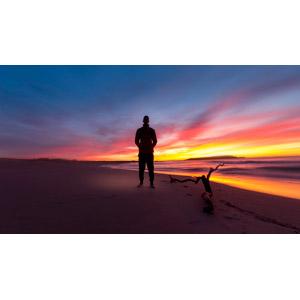 フリー写真, 風景, ビーチ(砂浜), 海, 夕暮れ(夕方), 夕焼け, 流木, シルエット(人物), 人と風景