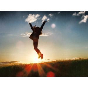 フリー写真, 人物, 女性, シルエット(人物), 喜ぶ(嬉しい), 万歳(バンザイ), 跳ぶ(ジャンプ), 人と風景, 草むら, 草原, 夕暮れ(夕方), 夕日, 太陽光(日光)
