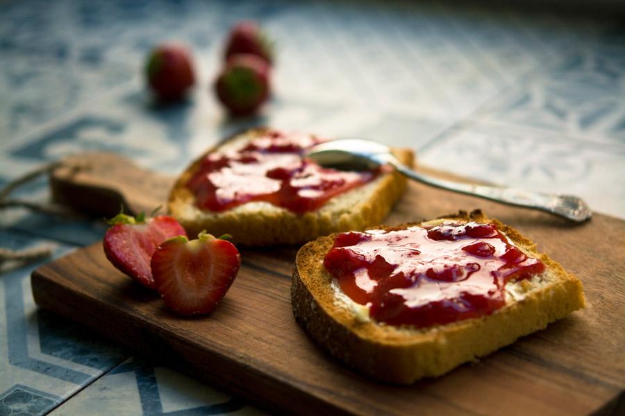 フリー写真 いちごといちごジャムを塗った食パン