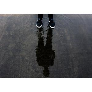 フリー写真, 人物, 人体, 足, 靴(シューズ), スニーカー, 影