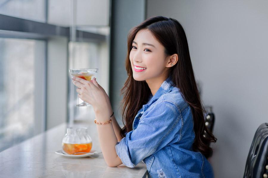 フリー写真 フルーツティーを飲む女性のポートレイト