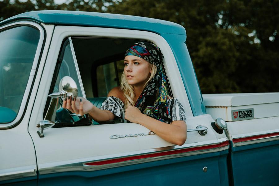 フリー写真 バンダナ巻いて車に乗る外国人女性