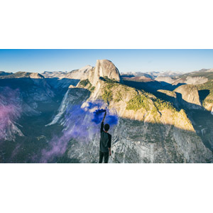フリー写真, 風景, 渓谷, 発煙筒, 煙(スモーク), 岩山, 岩, ハーフドーム, ヨセミテ国立公園, カリフォルニア州, アメリカの風景, 人と風景, 男性, 後ろ姿