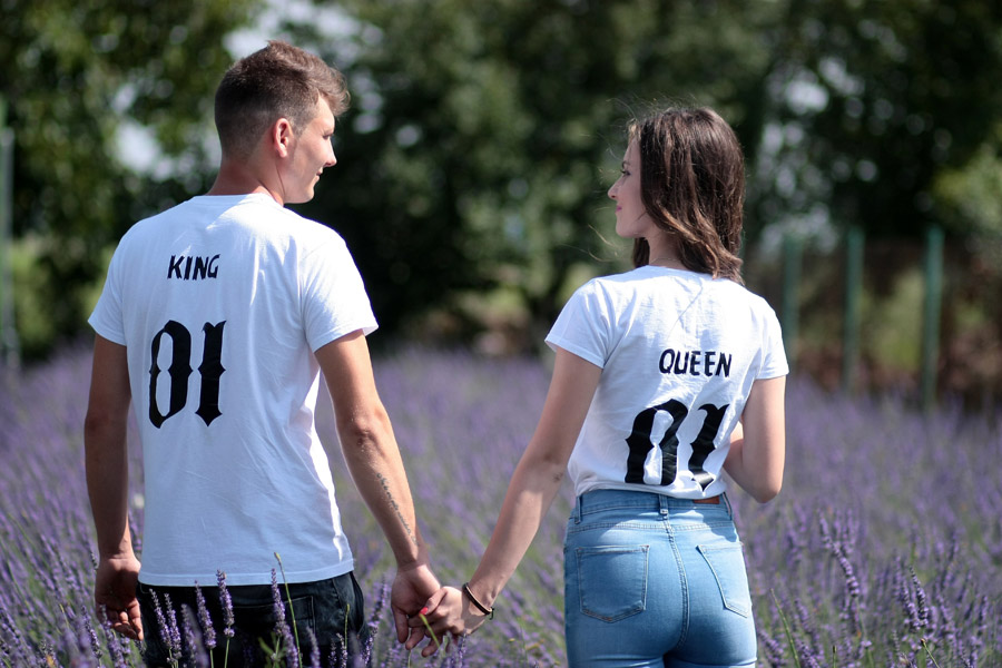 フリー写真 ラベンダー畑で手をつなぐカップル