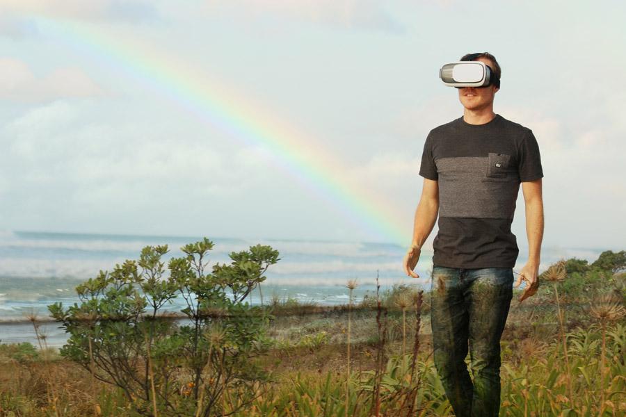 フリー写真 ヘッドマウントディスプレイを歩く男性と虹