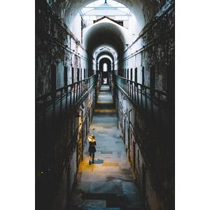 フリー写真, 風景, 建造物, 建築物, 廃墟, 刑務所, イースタン州立刑務所, 廊下, 回廊, 人と風景, 女性, 後ろ姿, アメリカの風景, ペンシルベニア州