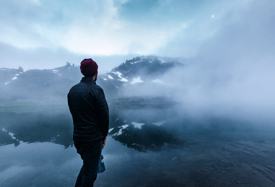フリー写真 霧がかかるセブン・レイクス盆地と男性の後ろ姿