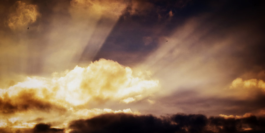 フリー写真 雲と薄明光線が見える空の風景
