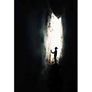 フリー写真, 人物, シルエット(人物), 人と風景, 壁, 洞窟