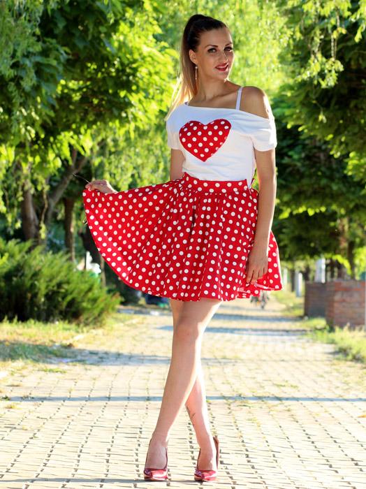 フリー写真 スカートの裾をつまみ上げる外国人女性の全身ショット
