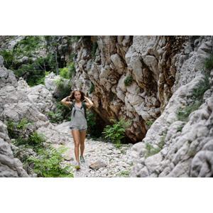 フリー写真, 人物, 女性, 外国人女性, ショートパンツ, 人と風景, 岩, 岩山, クロアチアの風景