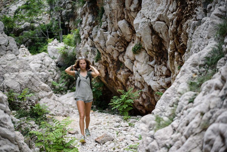 フリー写真 岩山を歩く外国人女性