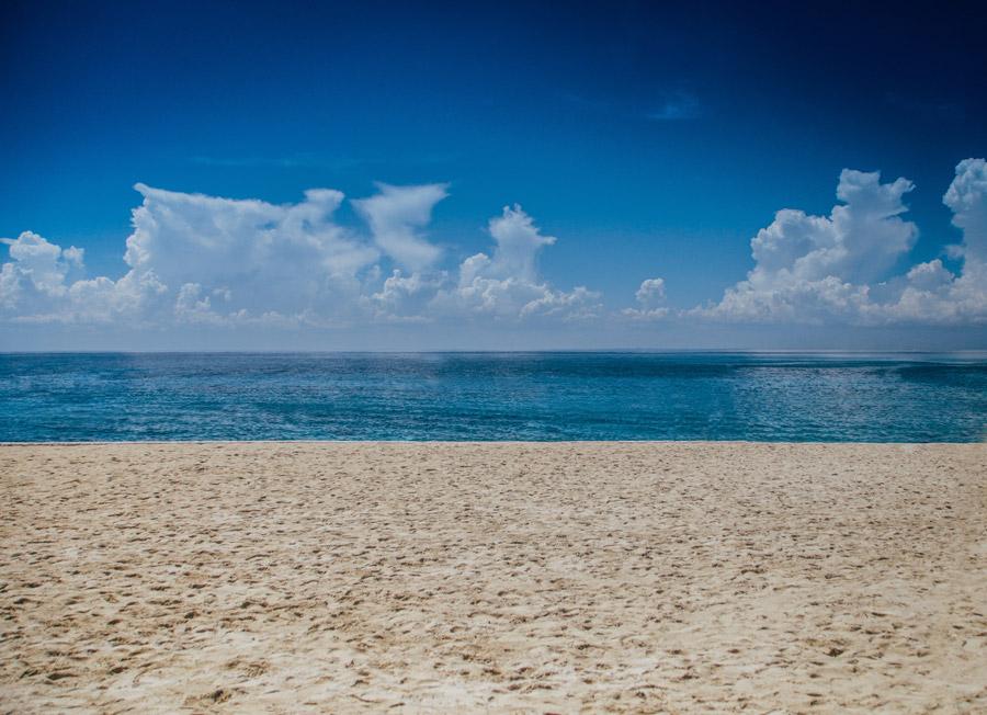 フリー写真 入道雲と海とビーチの風景
