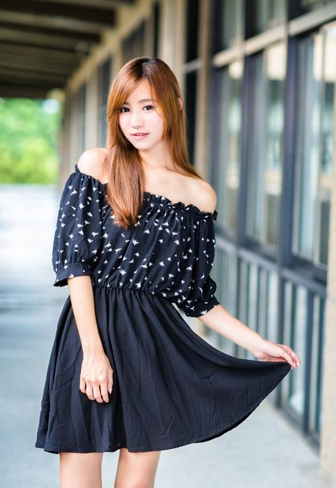 フリー写真 スカートの裾をつまみ上げる女性