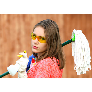 フリー写真, 人物, 少女, 外国の少女, ロシア人, 掃除(清掃), 掃除用具, フローリングモップ, 掃除用洗剤, ゴーグル