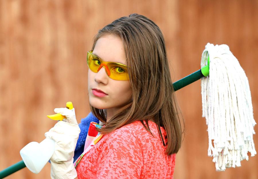 フリー写真 モップと洗剤を持って掃除に向かう外国の少女