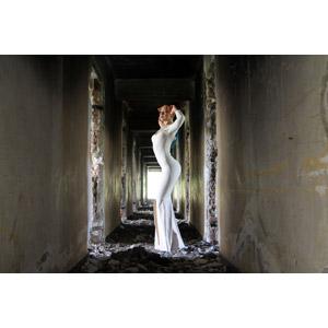 フリー写真, 人物, 女性, 外国人女性, 女性(00266), ルーマニア人, ドレス, 人と風景, 廃墟