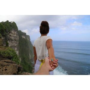 フリー写真, 人物, カップル, 恋人, 女性, 外国人女性, 後ろ姿, 手を引く, 海岸, 崖, 海, 人と風景