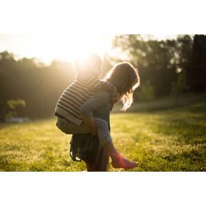 フリー写真, 人物, 子供, 女の子, 外国の女の子, 男の子, 外国の男の子, 兄弟(姉妹), おんぶ, 人と風景, 太陽光(日光), 芝生